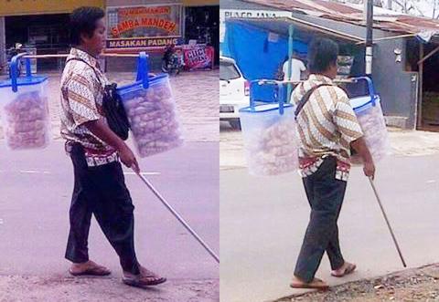 Cerita Bapak Buta Penjual Kerupuk di Jalan
